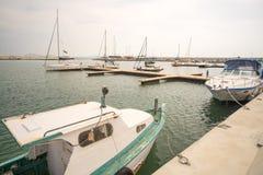 Peschereccio e yacht di piacere al pilastro del pilastro Sarafovo nel bulgaro Burgas Fotografia Stock