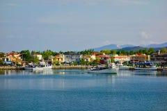 Peschereccio greco che lascia a Thassos il porto greco dell'isola fotografia stock