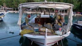 Peschereccio greco tradizionale, porto di Galaxidi al crepuscolo, la Grecia stock footage