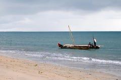 Peschereccio lungo il litorale Immagine Stock