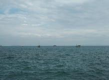 Peschereccio in mare blu con il fondo del cielo delle nuvole in Tailandia Fotografia Stock Libera da Diritti