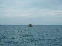 Peschereccio in mare blu con il fondo del cielo delle nuvole in Tailandia Immagini Stock