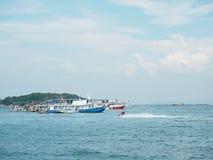 Peschereccio in mare blu con il fondo del cielo delle nuvole in Tailandia Fotografia Stock