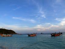 Peschereccio nel mare su un cielo luminoso fotografia stock