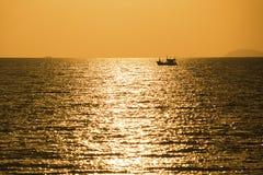Peschereccio quando tramonto Fotografia Stock Libera da Diritti