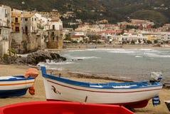 Peschereccio siciliano sulla spiaggia in Cefalu, Sicilia Immagini Stock
