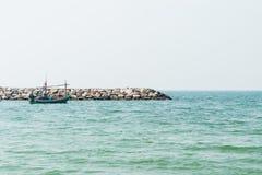 Peschereccio sopra l'orizzonte della costa di mare Immagini Stock Libere da Diritti