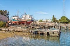 Peschereccio su uno scalo di alaggio al porto a Laaiplek fotografie stock libere da diritti