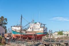 Peschereccio su uno scalo di alaggio al porto a Laaiplek immagini stock libere da diritti