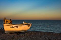 Peschereccio sulla baia dei normanni della spiaggia fotografie stock libere da diritti