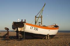 Peschereccio sulla spiaggia di Aldeburgh, Suffolk, Inghilterra Immagine Stock