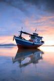 Peschereccio tailandese al tramonto Immagine Stock