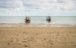 Peschereccio tailandese tradizionale due ancorato su una spiaggia Immagini Stock