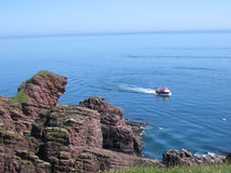 Peschereccio vicino al litorale Immagine Stock