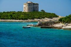 Peschereccio vicino alla chiesa sull'isola, baia di Boka Cattaro, Montenegro immagini stock libere da diritti