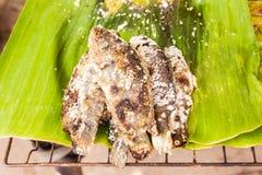 Peschi con la bruciatura di cottura salata, il mercato tailandese locale Fotografie Stock