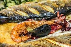 Peschi e miscela dei frutti di mare sul piatto fotografia stock libera da diritti