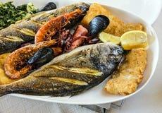 Peschi e miscela dei frutti di mare sul piatto fotografia stock
