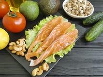 Peschi fresco di color salmone su un antiossidante organico dell'ingrediente di legno del fondo fotografie stock