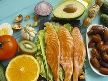 Peschi il cibo di color salmone su un fondo di legno blu differente fotografia stock