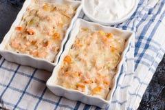 Peschi il gratin con crema, formaggio e la zucca Juliennes francese del piatto fotografie stock