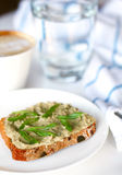 Peschi il pâté con gli scallions sull'intero pane del granulo Immagine Stock