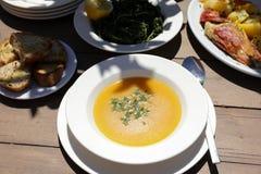 Peschi il piatto di minestra dallo scorfano rosso, il pane, l'insalata di verdi nella locanda greca, concetto sano del pranzo dei fotografia stock