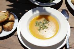 Peschi il piatto di minestra dallo scorfano rosso, pane nella locanda greca immagine stock