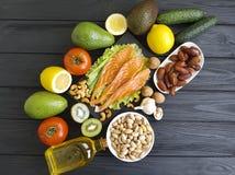Peschi il salmone su un antiossidante organico dell'ingrediente di legno del fondo fotografia stock
