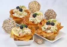 Peschi l'insalata con gli strati laterali croccanti di una pasta immagine stock libera da diritti