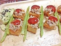 Peschi l'insalata mista della salsa al pomodoro del tonno della bistecca del tofu con l'avocado e l'asparago fotografia stock