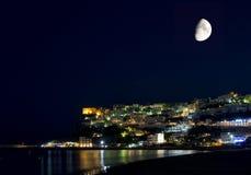 Peschici, Gargano, Apulia, Italië: nacht met maan, lichten en bezinningen Royalty-vrije Stock Foto