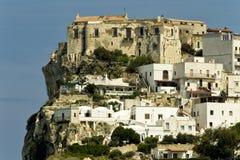 Peschici udde med slott- och vithus Arkivfoto