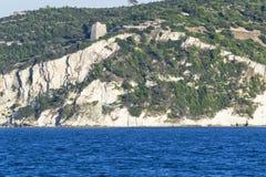 Peschici udde, sikt från det blåa Adriatiskt havet Royaltyfria Foton