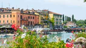 Peschiera del Garda, Italia Il bello centro urbano storico Passeggiata e spettacolo lungo il canale dell'acqua Lago Garda fotografie stock