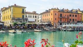 Peschiera Del Garda, Włochy Piękny dziejowy centrum miasta Deptak i rozrywka wzdłuż wodnego kanału Garda jezioro obrazy royalty free