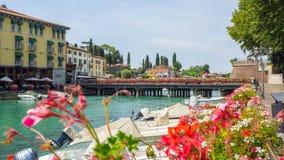 Peschiera Del Garda, Włochy Piękny dziejowy centrum miasta Deptak i rozrywka wzdłuż wodnego kanału Garda jezioro zdjęcie stock