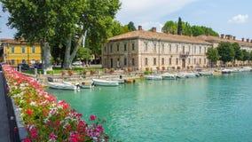 Peschiera Del Garda, Włochy Piękny dziejowy centrum miasta Deptak i rozrywka wzdłuż wodnego kanału Garda jezioro obraz stock