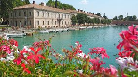 Peschiera Del Garda, Włochy Piękny dziejowy centrum miasta Deptak i rozrywka wzdłuż wodnego kanału Garda jezioro fotografia stock