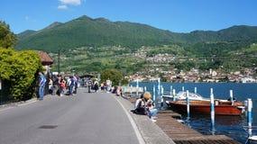 Peschiera Maraglio中央街道和港口在蒙泰伊索拉,湖Iseo,意大利海岛上的  免版税库存图片