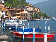 Peschiera Maraglio, Brescia, Italia El embarcadero del pueblo en la isla de Monte Isola Fotografía de archivo libre de regalías