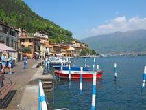 Peschiera Maraglio, Brescia, Italia El embarcadero del pueblo en la isla de Monte Isola Fotos de archivo