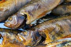 Pesci affumicati caldi Fumo Carne affumicata Pesce affumicato Stanza di fumo cucinata al palo pertica Priorità bassa affumicata d immagini stock