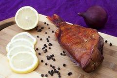 Pesci affumicati sulla scheda della cucina Fotografia Stock Libera da Diritti