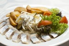 Pesci con le patate e le verdure Fotografia Stock