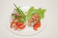 Pesci con salsa ed insalata Fotografia Stock Libera da Diritti