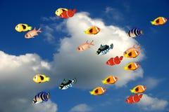 Pesci contro cielo blu illustrazione di stock