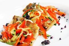 Pesce arrostito con Julienne Vegetable fotografia stock