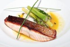 Pesci cotti deliziosi con riso e un asparago immagine stock libera da diritti