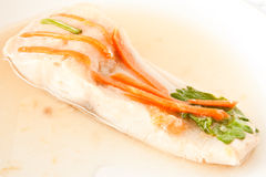 Pesci cotti a vapore con la carota sulla parte superiore Fotografie Stock Libere da Diritti